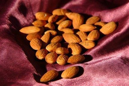 Blanched almonds 1kg Handselected